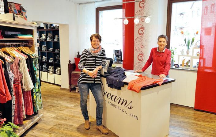 Simone Schultes und Christine Kern von Dreams Damenmode in Kulmbach beraten Sie auf der Suche nach Ihrem neuen Lieblingsstück gerne