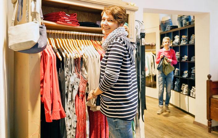 Von Blusen und Pullovern bis hin zu Kleidern, Röcken und Hosen - bei den Damen von Dreams sind Sie in den richtigen Händen